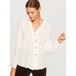 Koszula z asymetrycznym zapięciem - Biały. Białe koszule damskie Reserved, z asymetrycznym kołnierzem. Za 99.99 zł.