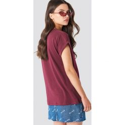 Rut&Circle Klasyczny T-shirt Ellen - Red. Czerwone t-shirty damskie Rut&Circle, z klasycznym kołnierzykiem. Za 80.95 zł.