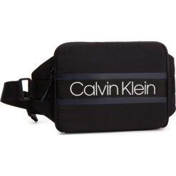 Saszetka nerka CALVIN KLEIN - Clash Ipad Sling K50K504196 001. Czarne saszetki męskie Calvin Klein, z materiału, młodzieżowe. Za 279.00 zł.