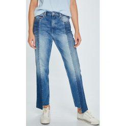 Tommy Jeans - Jeansy TJ 1990. Niebieskie jeansy damskie Tommy Jeans. W wyprzedaży za 429.90 zł.
