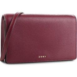Torebka DKNY - R83E3623 Blood Red XOD. Czerwone listonoszki damskie DKNY, ze skóry. Za 639.00 zł.