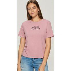 T-shirt z napisem - Różowy. Czerwone t-shirty damskie Sinsay, z napisami. Za 19.99 zł.