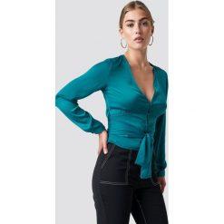 NA-KD Koszula na guziki z wiązaniem - Green,Turquoise. Zielone koszule damskie NA-KD, z poliesteru, dekolt w kształcie v, z długim rękawem. Za 100.95 zł.