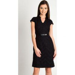 Czarna sukienka z błyszczącym wzorem QUIOSQUE. Czarne sukienki damskie QUIOSQUE, w paski, z tkaniny, eleganckie, z kopertowym dekoltem, z długim rękawem. Za 219.99 zł.