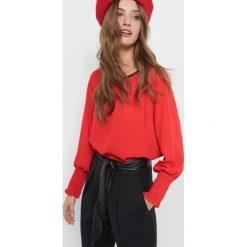 Bluzka z balonowymi rękawami. Czerwone bluzki damskie Orsay, z poliesteru, z kontrastowym kołnierzykiem. Za 79.99 zł.