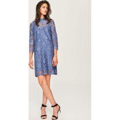 Koronkowa sukienka ze stójką - Niebieski. Niebieskie sukienki damskie Reserved, z koronki, ze stójką. Za 79.99 zł.