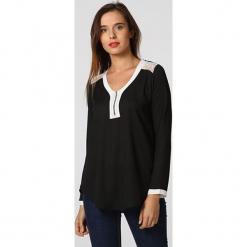 """Bluzka """"Sochic"""" w kolorze czarnym. Czarne bluzki damskie Assuili, klasyczne, z okrągłym kołnierzem. W wyprzedaży za 113.95 zł."""