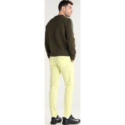J.LINDEBERG ELLOTT  Spodnie materiałowe still yellow. Spodnie materiałowe męskie J.LINDEBERG, z elastanu, sportowe. Za 509.00 zł.