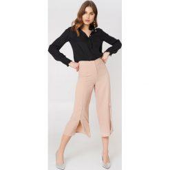 Rut&Circle Spodnie z rozcięciami Ofelia - Pink. Różowe spodnie materiałowe damskie Rut&Circle, z haftami, z poliesteru. Za 161.95 zł.