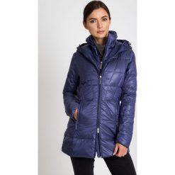 Puchowa fioletowa kurtka z wysokim kołnierzem QUIOSQUE. Fioletowe kurtki damskie QUIOSQUE, na zimę, z puchu. W wyprzedaży za 349.99 zł.