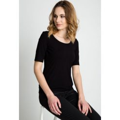 Czarna bluzka z rękawem przed łokieć BIALCON. Czarne bluzki damskie BIALCON, klasyczne, z klasycznym kołnierzykiem, z krótkim rękawem. W wyprzedaży za 72.00 zł.