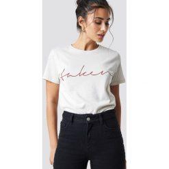 NA-KD Trend T-shirt basic Taken - Offwhite. Szare t-shirty damskie NA-KD Trend, z nadrukiem, z jersey, z okrągłym kołnierzem. Za 72.95 zł.
