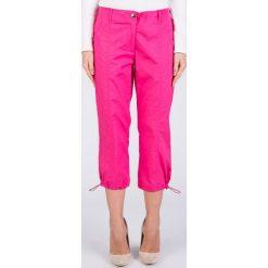 Różowe sportowe spodnie 3/4 QUIOSQUE. Czerwone spodnie dresowe damskie QUIOSQUE, z haftami, z tkaniny. W wyprzedaży za 39.99 zł.