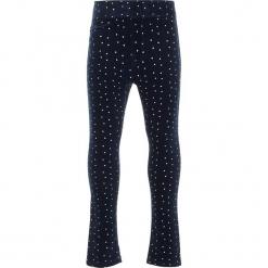 Legginsy sztruksowe w kolorze granatowym. Niebieskie legginsy dla dziewczynek Name it Kids, w kropki, z materiału. W wyprzedaży za 62.95 zł.