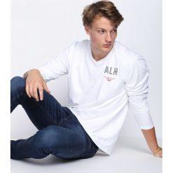 Biała Koszulka Hard To Do. Białe bluzki z długim rękawem męskie Born2be. Za 39.99 zł.