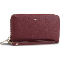 Duży Portfel Damski DKNY - Wristlet R83LA660 Blood Red Xod. Czerwone portfele damskie DKNY, ze skóry. Za 549.00 zł.