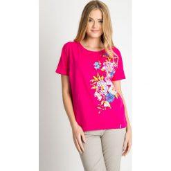 Różowa bawełniana bluzka z kwiatami QUIOSQUE. Czerwone bluzki damskie QUIOSQUE, z nadrukiem, z bawełny, biznesowe, z okrągłym kołnierzem, z krótkim rękawem. W wyprzedaży za 29.99 zł.