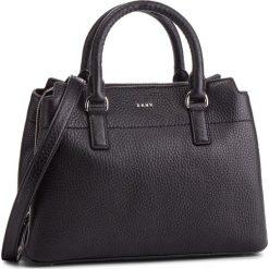 Torebka DKNY - Bellah-Md Satchel-De R83D5686 Black/Silver BSV. Czarne torebki do ręki damskie DKNY, ze skóry. Za 1,279.00 zł.