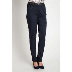 Granatowe bawełniane spodnie z paskiem QUIOSQUE. Brązowe spodnie materiałowe damskie QUIOSQUE, w paski, z bawełny. W wyprzedaży za 89.99 zł.