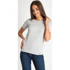 Szara bluzka z napisami QUIOSQUE. Szare bluzki damskie QUIOSQUE, z napisami, z bawełny, klasyczne, z klasycznym kołnierzykiem, z krótkim rękawem. W wyprzedaży za 29.99 zł.