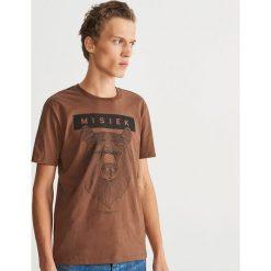 T-shirt z nadrukiem - Fioletowy. Fioletowe t-shirty męskie Reserved, z nadrukiem. Za 39.99 zł.