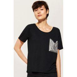 T-shirt z błyszczącą kieszonką - Czarny. T-shirty damskie marki DOMYOS. W wyprzedaży za 19.99 zł.