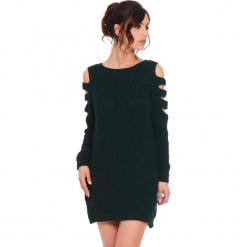"""Sukienka """"Leo"""" w kolorze ciemnozielonym. Zielone sukienki damskie Cosy Winter, ze splotem, z okrągłym kołnierzem, z długim rękawem. W wyprzedaży za 159.95 zł."""