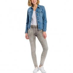"""Jegginsy """"Janelle"""" - Regular Fit - w kolorze jasnoszarym. Szare legginsy damskie Cross Jeans, w paski. W wyprzedaży za 127.95 zł."""
