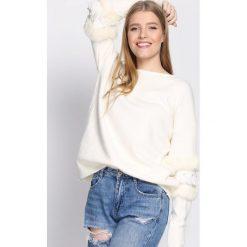Kremowy Sweter Body On Me. Białe swetry damskie Born2be, z okrągłym kołnierzem. Za 79.99 zł.