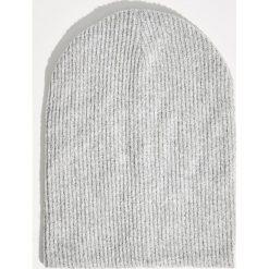 Prążkowana czapka - Jasny szar. Czapki i kapelusze damskie marki Sinsay. W wyprzedaży za 14.99 zł.