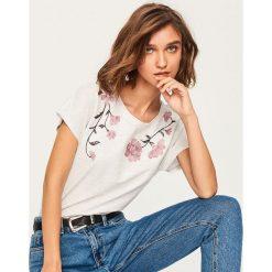 T-shirt z błyszczącą aplikacją - Jasny szar. Szare t-shirty damskie Reserved, z aplikacjami. Za 29.99 zł.