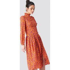 NA-KD Sukienka midi ze stójką i guzikami - Orange. Pomarańczowe sukienki damskie NA-KD, z dekoltem na plecach. Za 202.95 zł.