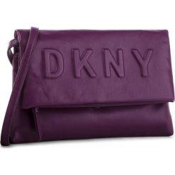 Torebka DKNY - Tilly Cbody Clutch R83EZ704 Brinjal B7J. Fioletowe listonoszki damskie DKNY, ze skóry ekologicznej. Za 639.00 zł.