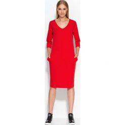 Czerwona Sukienka Dzianinowa Midi z Wsuwanymi Kieszeniami. Sukienki damskie Molly.pl, z dzianiny, biznesowe, dekolt w kształcie v. Za 87.90 zł.