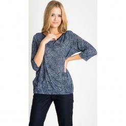 Granatowa bluzka bombka ze wzorem QUIOSQUE. Białe bluzki damskie QUIOSQUE, w geometryczne wzory, z jeansu, eleganckie, z długim rękawem. W wyprzedaży za 59.99 zł.