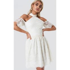 Trendyol Koronkowa sukienka z wycięciami na ramionach - Offwhite. Sukienki damskie Trendyol, z koronki, ze stójką. Za 262.95 zł.