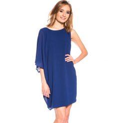 Asymetryczna granatowa sukienka z szerokimi rękawami BIALCON. Niebieskie sukienki damskie BIALCON, wizytowe, z asymetrycznym kołnierzem. W wyprzedaży za 105.00 zł.