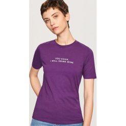 T-shirt z napisem - Fioletowy. Fioletowe t-shirty damskie Reserved, z napisami. Za 19.99 zł.