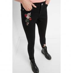 Jeansy z kwiatowym haftem. Czarne jeansy damskie Orsay. Za 99.99 zł.