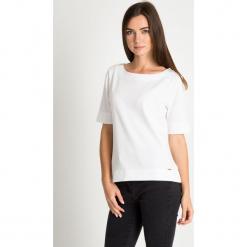 Strukturalna bluzka ecru QUIOSQUE. Szare bluzki damskie QUIOSQUE, z dzianiny, klasyczne, z długim rękawem. W wyprzedaży za 99.99 zł.