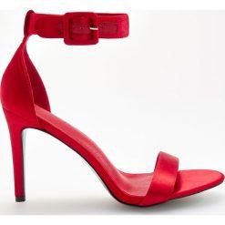 Sandały na obcasie - Czerwony. Sandały damskie marki bonprix. W wyprzedaży za 49.99 zł.