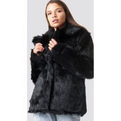 NA-KD Trend Kurtka ze sztucznego futra z kołnierzem - Black. Czarne kurtki damskie NA-KD Trend. Za 404.95 zł.