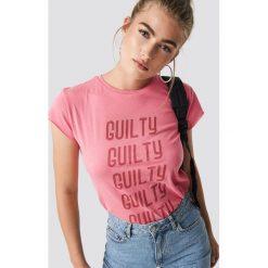 NA-KD Trend T-shirt z surowym wykończeniem Guilty - Pink. Różowe t-shirty damskie NA-KD Trend, z nadrukiem, z jersey, z okrągłym kołnierzem. Za 72.95 zł.