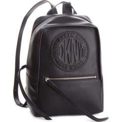 Plecak DKNY - Tilly Circa-Backpack R82KV498 Black/Silver BSV. Czarne plecaki damskie DKNY, ze skóry ekologicznej. Za 809.00 zł.