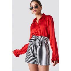 NA-KD Satynowa koszula - Red. Czerwone koszule damskie NA-KD Trend, z poliesteru, z falbankami. Za 121.95 zł.