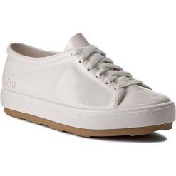 Półbuty MELISSA - Be Ad 31991 White/Beige 51572. Białe półbuty damskie Melissa, z tworzywa sztucznego. W wyprzedaży za 239.00 zł.