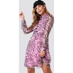 NA-KD Sukienka ze stójką - Pink. Różowe sukienki damskie NA-KD, z tkaniny, ze stójką, z długim rękawem. Za 161.95 zł.