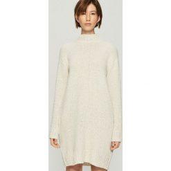 Dzianinowa sukienka oversize - Kremowy. Białe sukienki damskie Sinsay, z dzianiny. Za 99.99 zł.