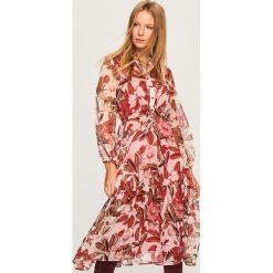 Sukienka w kwiaty - Wielobarwn. Różowe sukienki damskie Reserved, w kwiaty. Za 249.99 zł.