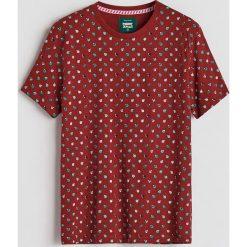 T-shirt ze świątecznym nadrukiem - Bordowy. Czerwone t-shirty męskie Reserved, z nadrukiem. Za 39.99 zł.